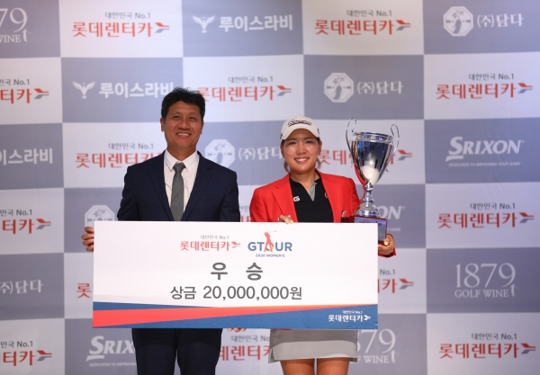 At the final awards ceremony for the '2020 Lotte Rent-a-Car GTOUR Women's Tournament 4' held at the Daejeon Golf Zone Joymaru Stadium on the 22nd (Sat) (left), Golf Zone CEO Park Kang-soo and winner Park Dan-yu are taking commemorative photos. /Photo = Provided by golf zone