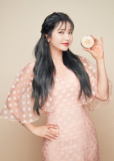 Jinyoung Hong released'Hongshot Meringue Cover' on the 19th, and is also active as a beauty entrepreneur who made his name after singer, broadcaster, entertainment representative, and cafe owner./Photo = IMH Entertainment provided